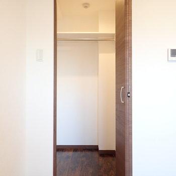 奥行きのある収納です。(※写真は5階の同間取り別部屋のものです)