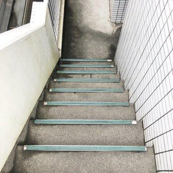 お部屋までは階段を使ってくださいね。