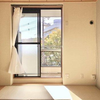 お隣の洋室にもあたたかい光。(※写真は2階の同間取り別部屋、モデルルームのものです)