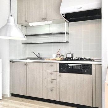 キッチンは収納たっぷり◎(※写真は2階の同間取り別部屋、モデルルームのものです)