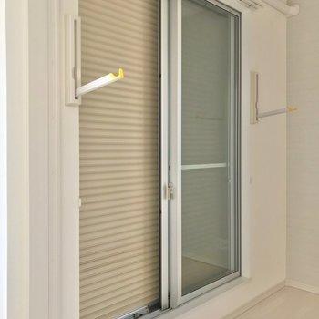 掃き出し窓には室内物干しとシャッター雨戸付き。不在時も防犯面安心ですね◎