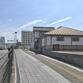 最寄りの名島駅。東の副都心の景色と、レトロな佇まいのギャップが素敵です。