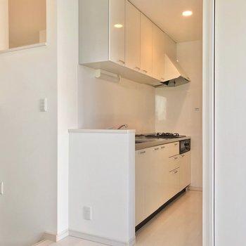 コンロの向かいに冷蔵庫を置けますよ。