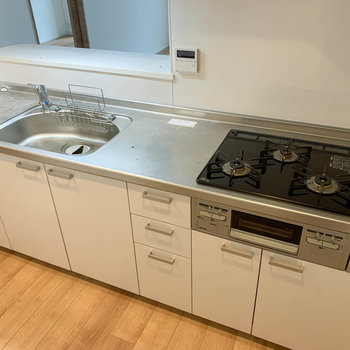 3口ガスの広々キッチン。※写真はクリーニング前のものです