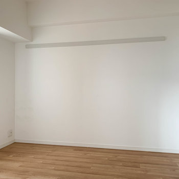 【洋室4.4帖】リビングの右にちょっとした部屋。※写真はクリーニング前のものです