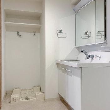 脱衣所も広めの使いやすい空間。※写真はクリーニング前のものです