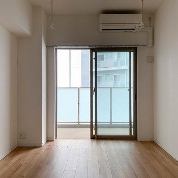 【洋室7.2帖】リビングの左側。寝室にちょうどいいお部屋。※写真はクリーニング前のものです