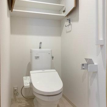トイレには上部にストッカー付き。※写真はクリーニング前のものです