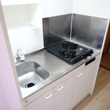 キッチンはコンパクトですが自炊派に嬉しい2口コンロ。水切りラックもついていて省スペースながら使いやすい仕様。