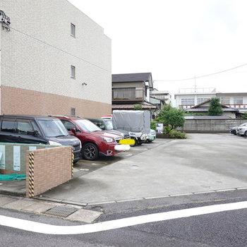 通り抜けるとより広い駐車場へ。敷地内ゴミ置き場もこちらにあります。