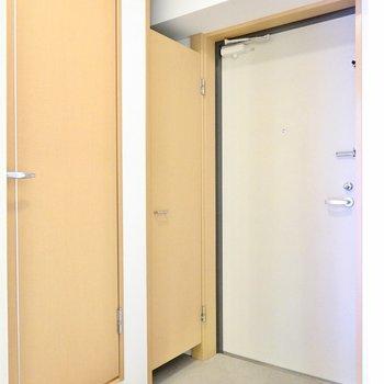 こちらは玄関。1Kの中ではかなり広いです。左のドアがトイレ。