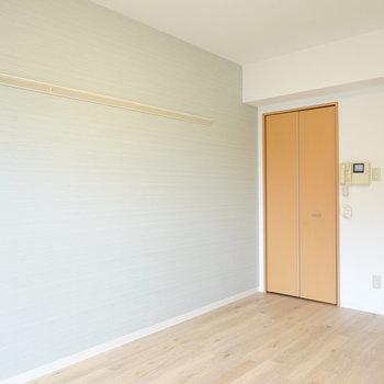 洋室は9帖。淡い水色のクロスに白や黒の家具を合わせて北欧ライクなお部屋が簡単に作れますよ◎