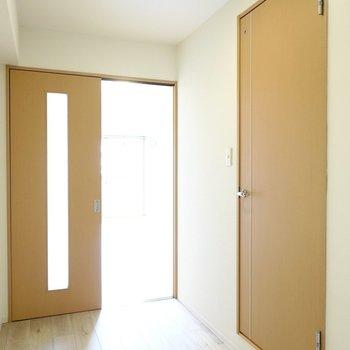 洋室側のスペースが広いので、キッチン家電はこちらに置きましょう。右のドアから脱衣所へ。