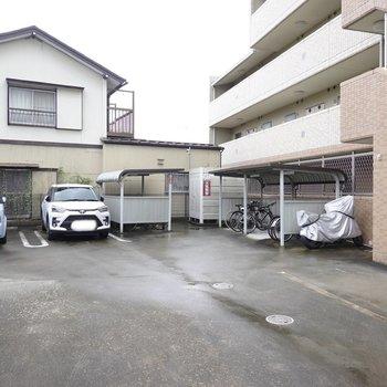 駐車場と駐輪場がすぐ近くにあります。
