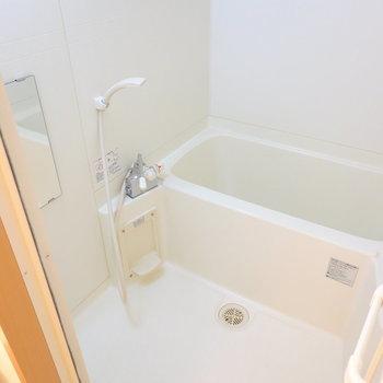 お風呂は右に。シンプルな内装ですが、浴室乾燥機が付いていますよ◎