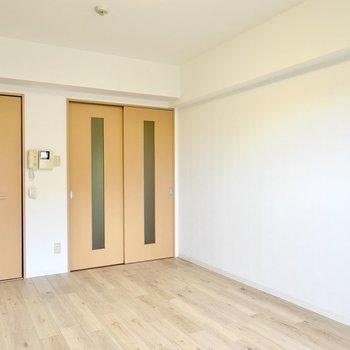 反対側の壁は白。こちらは黒い家具や原色使いの物を差し色として置くと良いでしょう。