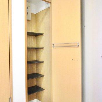 シューズクロークのような靴箱。扉の内側にはバーも付いています。
