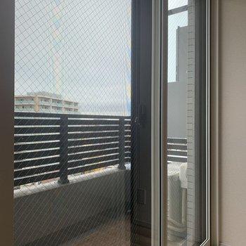 二重窓を閉めると外の音が若干抑えられます。
