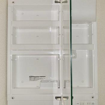 洗面台の鏡裏はもちろん収納になっています◎コンセントは2箇所に。※写真は通電前のため、フラッシュ撮影をしています