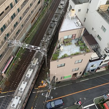 下もチラリ電車をこんな高さから見下ろせるの面白い。