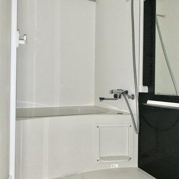 バスルームもシンプルで綺麗でした。※写真は通電前のため、フラッシュ撮影をしています