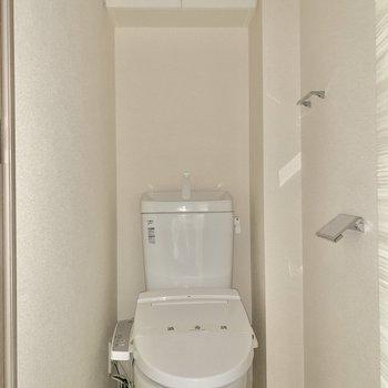 トイレは適度なこぢんまりさが逆に落ち着きそうです。※写真は通電前のため、フラッシュ撮影をしています