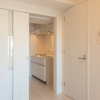 バスルームは居室からアクセス※写真は6階の同間取り別部屋のものです