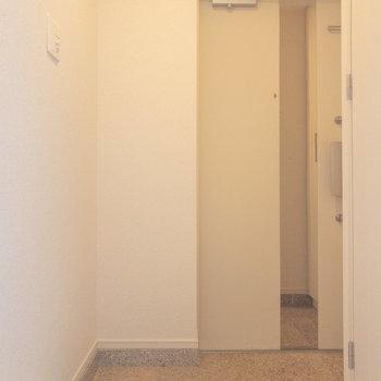 玄関ドアに鏡が付いていました※写真は6階の同間取り別部屋のものです