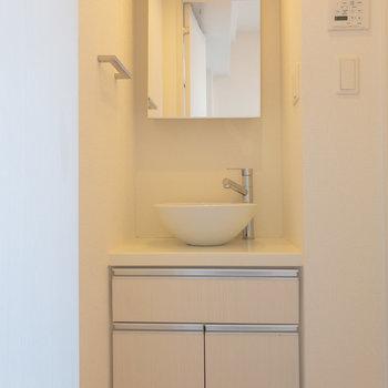 居室のドアを開けると独立洗面台があります※写真は6階の同間取り別部屋のものです