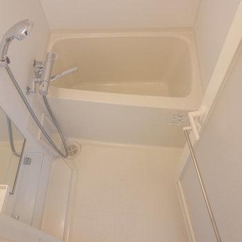 お風呂はコンパクトなサイズ※写真は6階の同間取り別部屋のものです