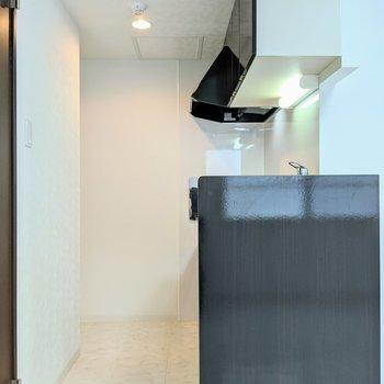 写真左奥に冷蔵庫を置くための窪んだスペースあり。