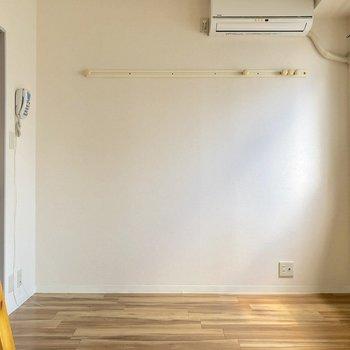 壁にはピクチャーレールがついているのでコートや時計を掛けられますね※写真は3階の同間取り別部屋のものです