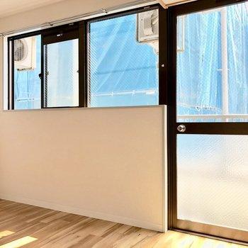 窓から温かい光が差し込みます※写真は3階の同間取り別部屋のものです