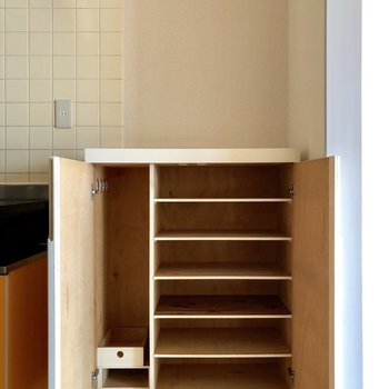 キッチン横にはいろんな使い方ができそうな収納があります※写真は3階の同間取り別部屋のものです