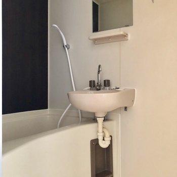 2点ユニットのお風呂です。シックなパネルが落ち着きますね※写真は3階の同間取り別部屋のものです