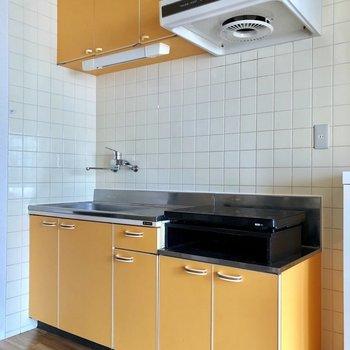 オレンジが映えるキッチンです。収納もたっぷりです※写真は3階の同間取り別部屋のものです