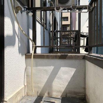 バルコニーに洗濯機を置けます。物干し竿掛けもあるので洗濯後はそのまま干せちゃいます※写真は3階の同間取り別部屋のものです
