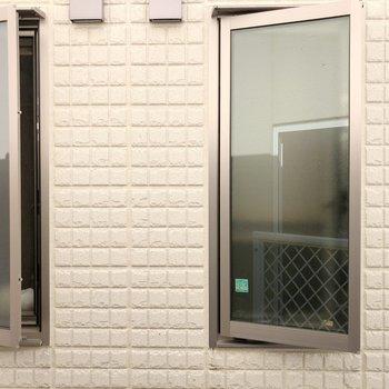 横の窓からの眺望はお隣さん。