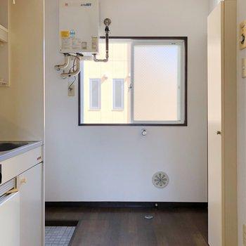 廊下に出ると、正面に洗濯機置き場がありますね。