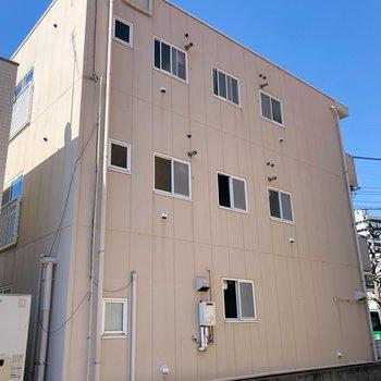 大通りの前に建つアパートです。