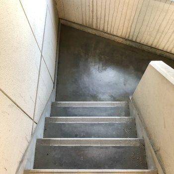 2階までは階段を利用しましょう。