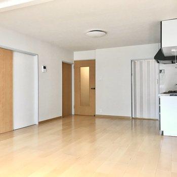 洋室と和室へはリビングの扉から(※写真は清掃前のものです)