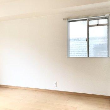 角部屋なので小窓付き。換気もできますね(※写真は清掃前のものです)