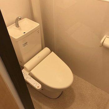 トイレは玄関横に。ウォシュレット付き(※写真は清掃前のものです)