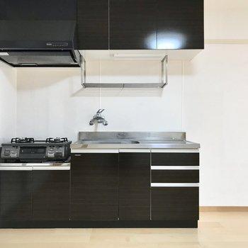 黒のキッチンがかっこいい。コンロ設置済です!(※写真は清掃前のものです)