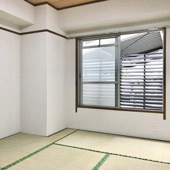和室も同じく6帖。角部屋だし目隠しがあるので安心(※写真は清掃前のものです)