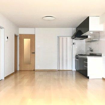 キッチンが端っこにあるので家具も置きやすいな◯(※写真は清掃前のものです)