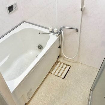 お風呂は追焚付き!換気扇がないので窓を開けて換気をしましょう(※写真は清掃前のものです)