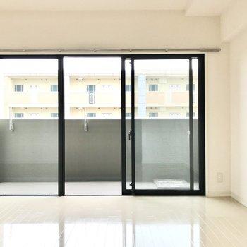 リビングには大きな大きな窓。真っ白な空間に白枠が映えます