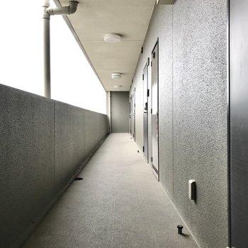 共用廊下も綺麗です!今回は1番奥のお部屋